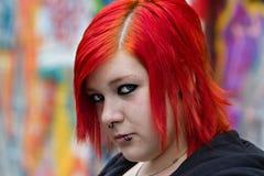 红色听见的妇女有graffity背景 免版税库存图片