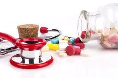 红色听诊器和药片 库存图片