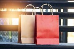 红色和包装纸在台阶安置的购物袋户外在t 库存图片