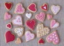 红色和桃红色心脏曲奇饼 免版税图库摄影