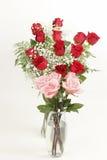 红色和桃红色罗斯花束 图库摄影