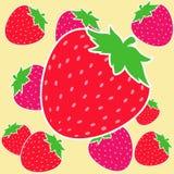红色和桃红色草莓,黄色背景 免版税图库摄影