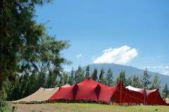 红色和棕褐色的大门罩帐篷 免版税库存照片
