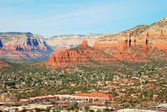 红色和棕褐色, Sedona,亚利桑那山的多层的岩石  免版税库存照片