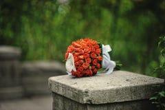 红色和橙色婚礼花束 免版税库存图片