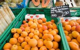 红色和橙色杏子待售在城市市场上 卢赛恩, Switz 图库摄影