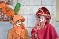 红色和橙色面具夫妇  库存图片