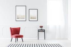 红色和灰色客厅 库存照片