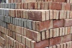 红色和灰色有渗透性的砖 免版税库存照片