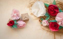 红色和玫瑰纸花 免版税库存图片