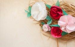 红色和玫瑰纸花 库存照片