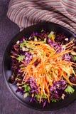 红色和白椰菜、红萝卜、莴苣、春天葱、坚果和种子沙拉 库存照片