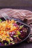红色和白椰菜、红萝卜、莴苣、春天葱、坚果和种子沙拉 图库摄影