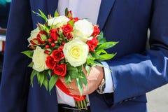 红色和白玫瑰和金丝桃属植物,婚姻的花束 免版税库存图片