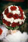红色和白玫瑰婚礼花束  免版税库存照片