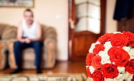 红色和白玫瑰美丽的花束在桌上的 免版税库存图片