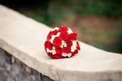 红色和白玫瑰美丽的花束  库存图片