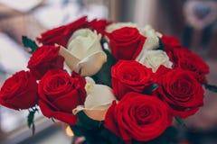 红色和白玫瑰花束  免版税库存照片