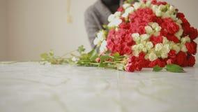 红色和白玫瑰,卖花人妇女明亮的五颜六色的花束会集花束 股票视频
