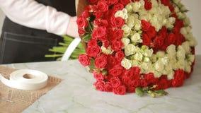 红色和白玫瑰,卖花人妇女明亮的五颜六色的花束会集花束 股票录像