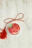 红色和白色香草杯形蛋糕 库存照片