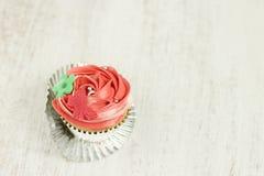 红色和白色香草杯形蛋糕 免版税库存照片