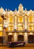 红色和白色别克敞篷车在哈瓦那歌剧前面停放了 图库摄影