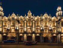 红色和白色别克敞篷车在哈瓦那歌剧前面停放了 库存图片