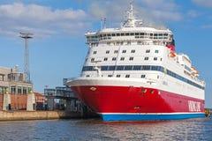 红色和白色北欧海盗线轮渡在口岸被停泊 库存照片