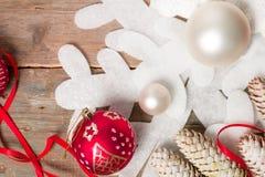 红色和白色圣诞节在木背景的球丝带在雪花杉木附近 invitation new year 框架 顶视图 免版税库存图片