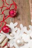 红色和白色圣诞节在木背景的球丝带在雪花杉木附近 invitation new year 框架 顶视图 库存照片