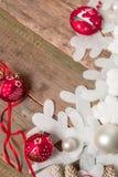 红色和白色圣诞节在木背景的球丝带在雪花杉木附近 invitation new year 框架 顶视图 免版税库存照片