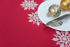 红色和白色圣诞节桌 库存照片