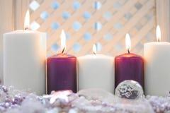 红色和白色圣诞节蜡烛和一个水晶球 免版税库存图片