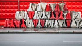 红色和白色塑料路障碍 免版税图库摄影