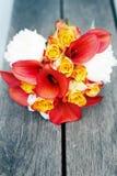 红色和白色婚礼花束 图库摄影