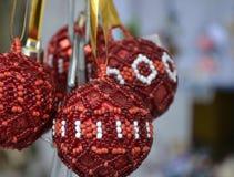 红色和白色小珠几个圣诞节球  免版税库存照片