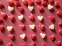 红色和白色心脏抽象背景  免版税库存照片