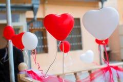 红色和白色心脏迅速增加与订婚的丝带 免版税库存照片