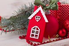 红色和白色房子小雕象 免版税库存照片