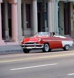 红色和白色敞篷车在哈瓦那古巴 库存图片