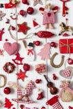 红色和白色方格的圣诞节装饰的汇集在wo的 库存照片