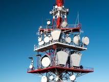 红色和白色无线电铁塔 图库摄影