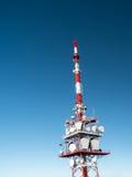 红色和白色无线电铁塔 免版税图库摄影