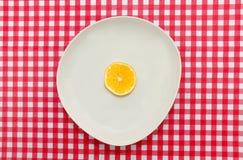 红色和白色桌布用白色柠檬 免版税图库摄影
