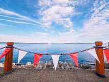红色和白色横幅在悉尼, Vanc装饰海边步行 免版税库存图片