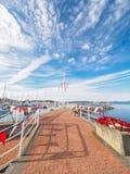 红色和白色横幅在悉尼, Vanco装饰海边步行 免版税库存照片