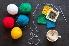 红色和白色毛线、钩针编织的动机和咖啡 免版税库存图片