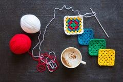 红色和白色毛线、钩针编织的动机和咖啡 库存图片