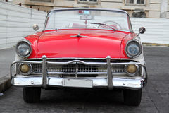 红色和白色汽车在哈瓦那 图库摄影